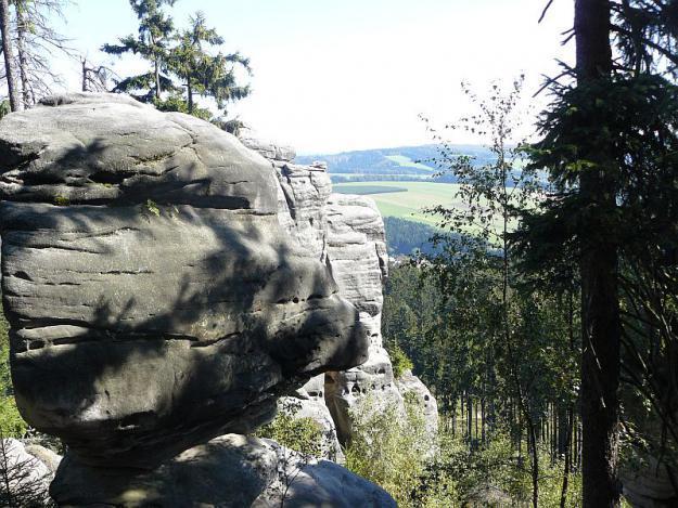 Za skalními labyrinty stolové hory Ostaš